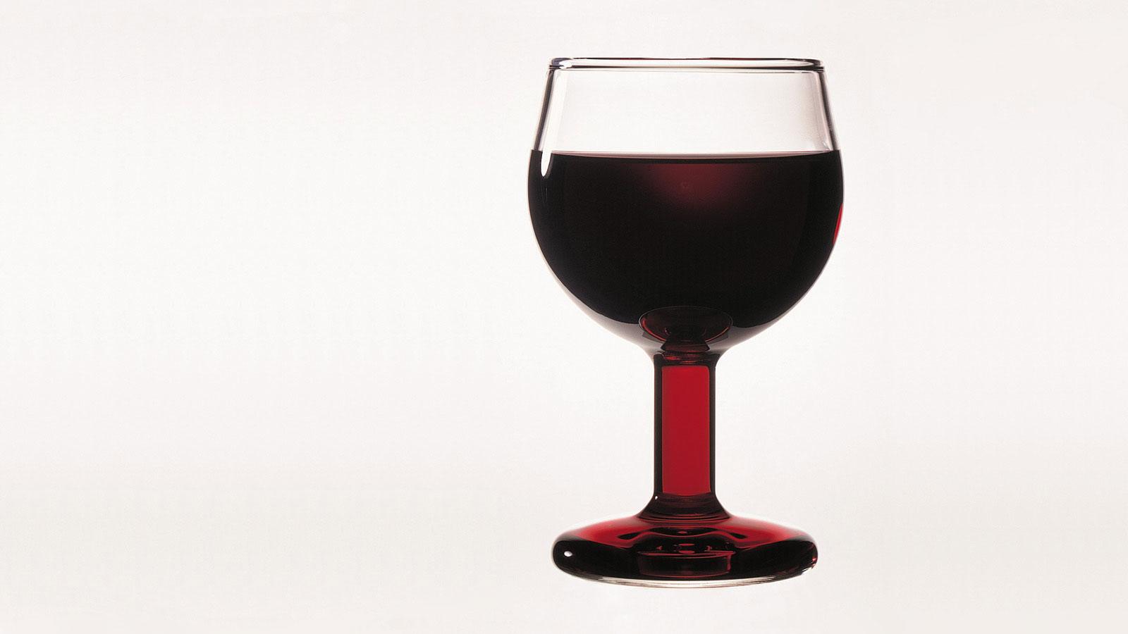 verre rouge verre ballon revisit sa jambe et son pied. Black Bedroom Furniture Sets. Home Design Ideas